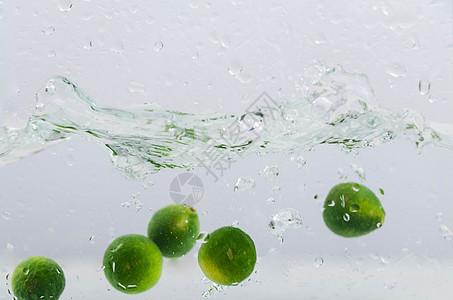 水果在水中水花图片图片