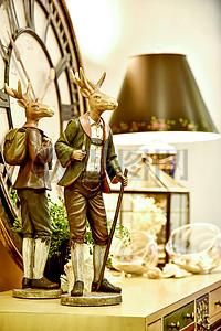 现代简约欧式风格家庭生活梳妆台台灯大笨钟小摆件和小装饰鹿人图片
