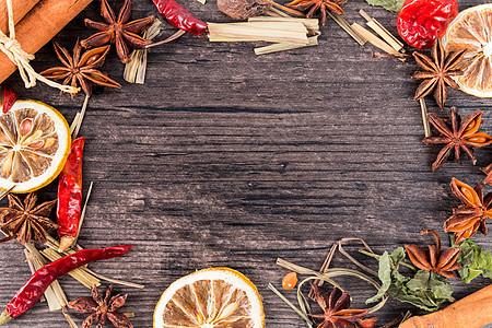 木底纹上的香料背景素材图片