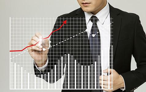 商务人士在画曲线图图片