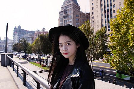 文艺美女与上海建筑合影图片
