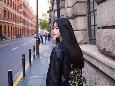 美女朋克服装街头拍摄图片