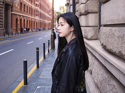 文艺美女朋克服装街头拍摄图片