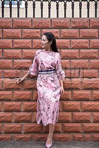 外景街拍粉色连衣裙美女图片