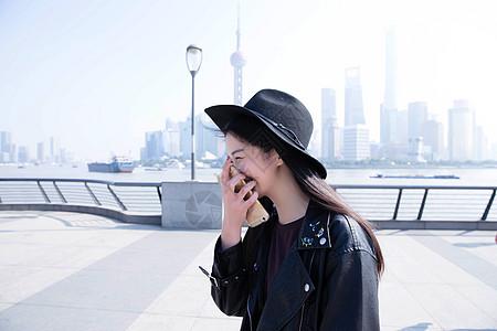 上海外滩美女手持手机开心图片