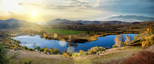阳光中的山与湖图片