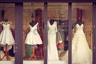 橱窗里的婚纱图片