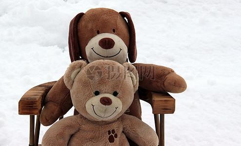 坐在凳子上的毛绒娃娃图片
