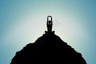 人在山顶做瑜珈的剪影图片