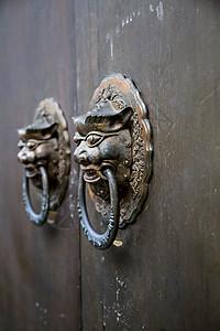 门的守护者图片