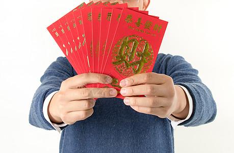 男子手持红包送红包图片
