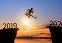 商务人士从2016跳跃到2017跨年海岸日出背景图片