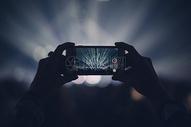 收拿手机拍摄图片