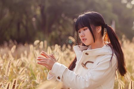 秋日森林日系人像图片
