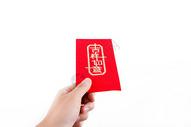 年轻男性春节红包展示棚拍图片