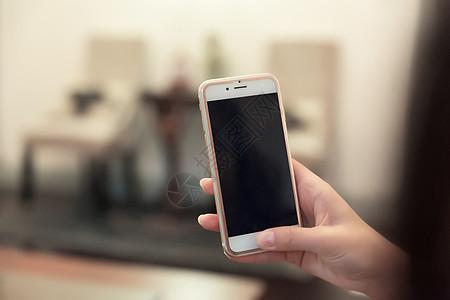 美好生活女性手拿手机图片