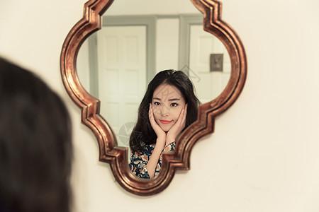 知性美女可爱照镜子图片