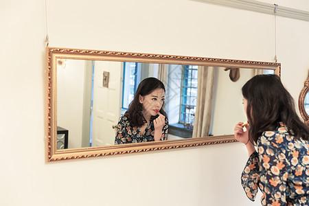 知性美女镜子前涂口红图片