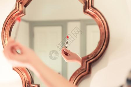 知性美女镜子前涂口红特写图片