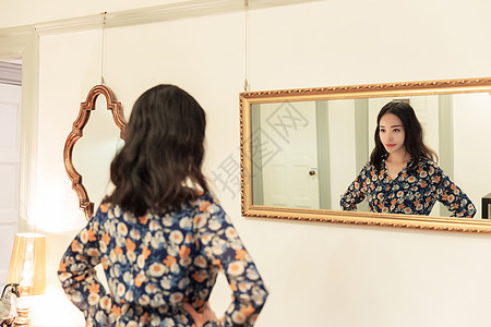 知性美女自信照镜子图片