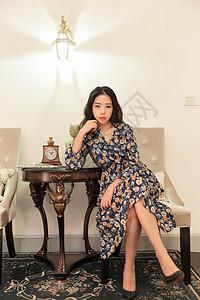 知性美女坐在椅子上凝望图片