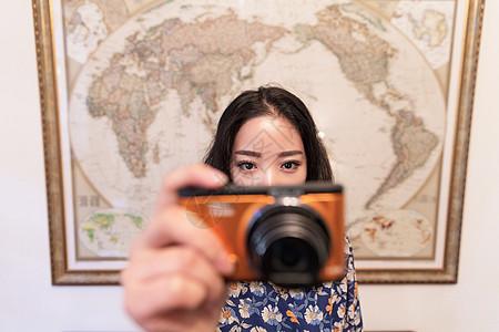 文艺女人旅游相机拍摄图片