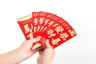 年轻女性新年收发红包棚柏图片