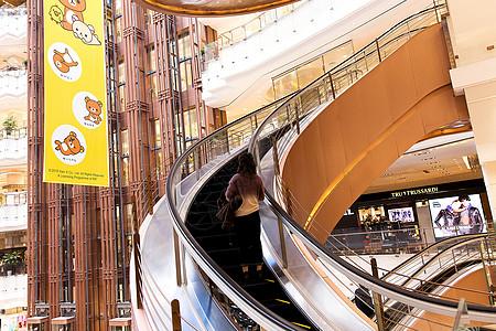 美女坐高档商场电梯图片