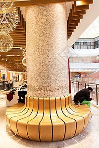 大型商场木质座位游客休息图片