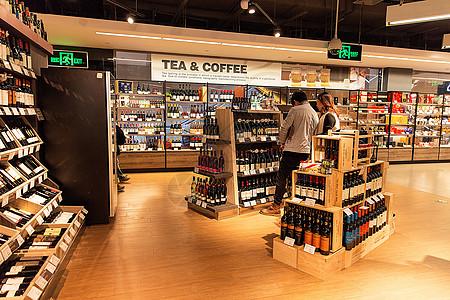 进口超市酒类购物场景展示图片