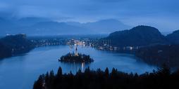 夜晚的山川湖泊图片