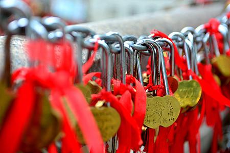 济南大明湖畔的同心锁图片
