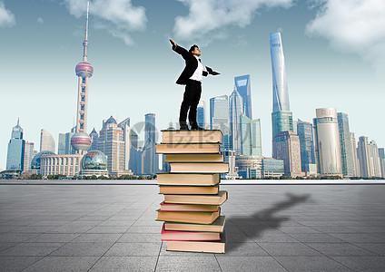 商人站在书的顶端图片