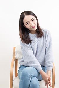 甜美温暖女孩坐在椅子上图片