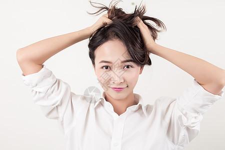 棚拍清新活力抓头发女孩图片