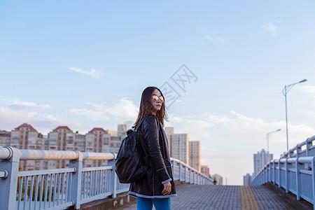 背包旅行墨镜女人帅气回头图片