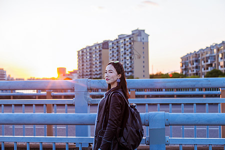 黄昏帅气女人背包旅游图片