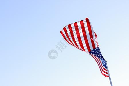 蓝天下的美国旗帜图片