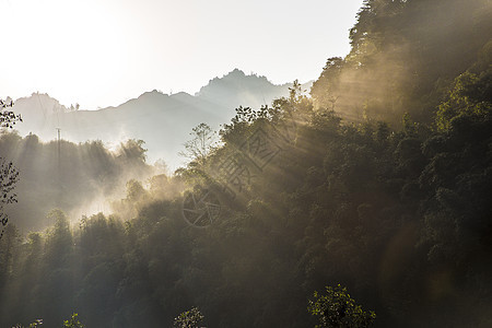 山间云雾光线图片