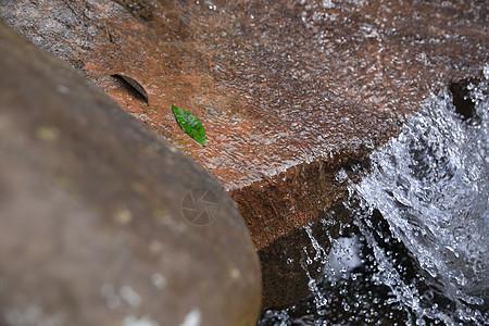 岩石上的流水图片