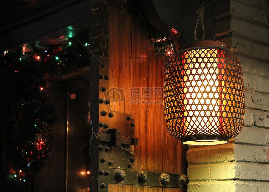 酒吧窗口的一盏中国风灯笼图片