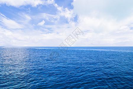 蓝色大海和远处的军舰图片