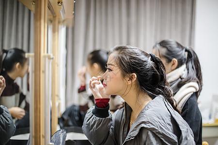后台舞蹈演员照镜子图片