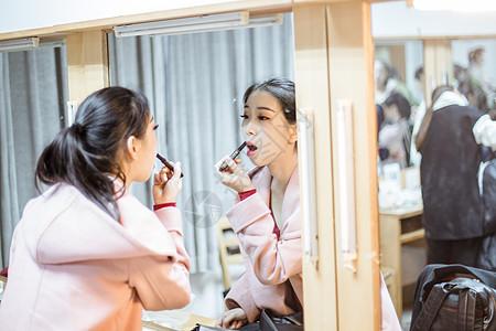 舞蹈演员镜子前涂口红图片