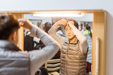 舞蹈演员镜子前整理头发图片