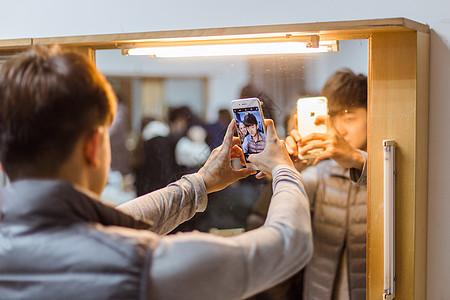 舞蹈演员镜子前合影图片