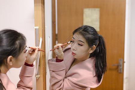 女性舞蹈演员镜子前刷眼影图片
