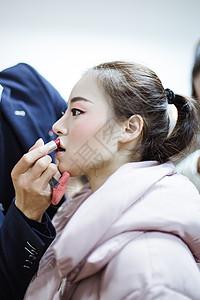 男化妆师给舞蹈演员涂口红图片