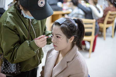 化妆师给舞蹈演员粉刷鼻子图片