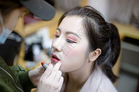 化妆师给舞蹈演员涂口红图片